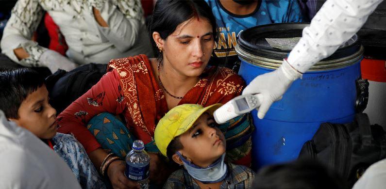 מדידות חום למניעת התפשטות קורונה, בתחנת רכבת באחמדאבאד שבהודו